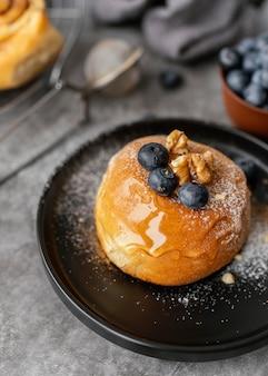 Hoog hoek lekker kaneelbroodje met fruit