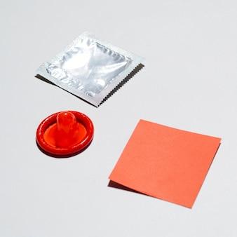 Hoog hoek onverpakt condoom op witte achtergrond