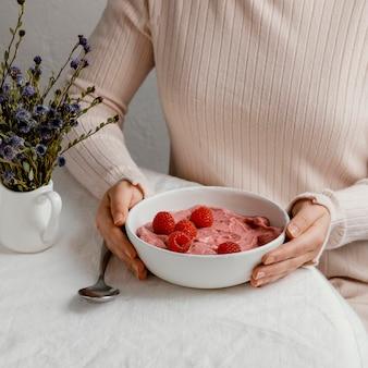 Hoog hoek smakelijk ontbijt met framboos