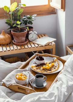 Hoog hoek smakelijk ontbijtblad op bed