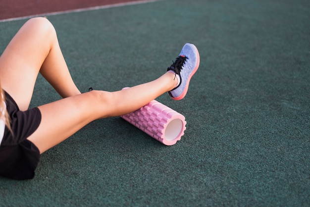 Hoog hoek sportief wijfje met rol