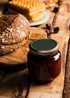 Hoog hoekassortiment met gebakken voedsel en jampot