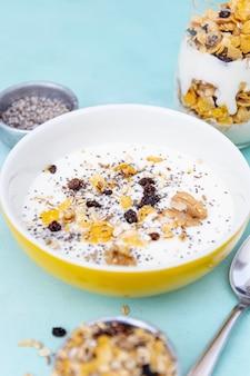 Hoog hoekassortiment met kom met melk en ontbijtgranen