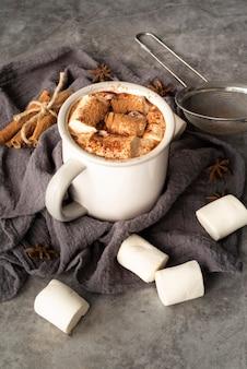 Hoog hoekassortiment met marshmallows in een mok