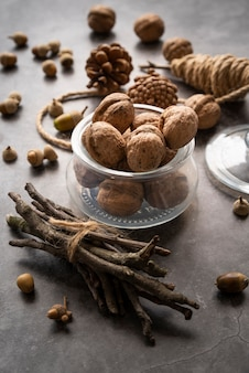 Hoog hoekassortiment met noten en twijgen