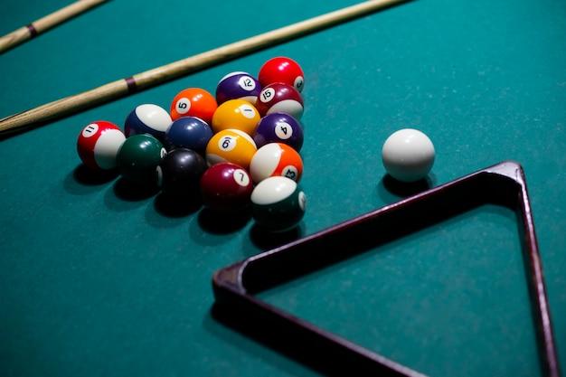 Hoog hoekassortiment met poolballen en driehoek