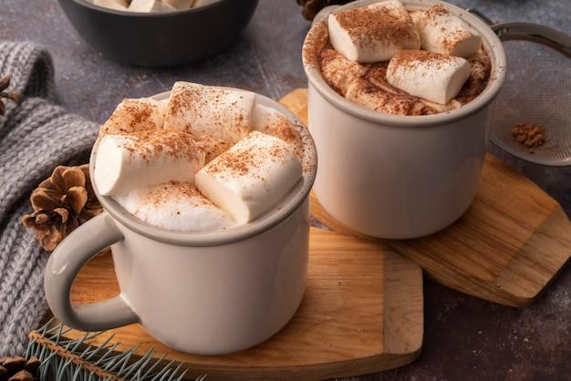 Hoog hoekassortiment met smakelijke drank met marshmallows