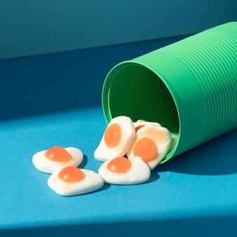 Hoog hoekassortiment van heerlijke eiersnoepjes