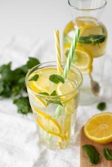 Hoog hoekglas met schijfjes citroen