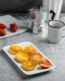 Hoog hoekontbijt met aardbeien