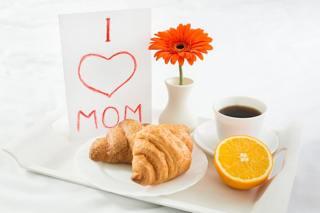 Hoog hoekontbijt op bed op moederdag