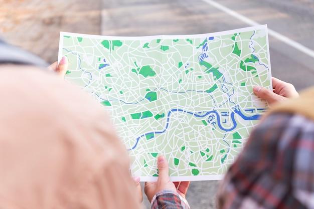 Hoog hoekpaar dat een kaart voor een nieuwe bestemming controleert