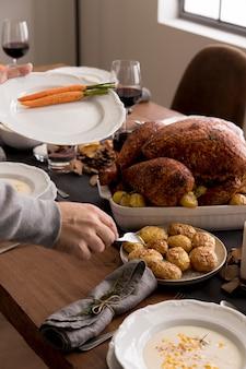 Hoog hoekvoedsel dat op thanksgiving-dag wordt geserveerd