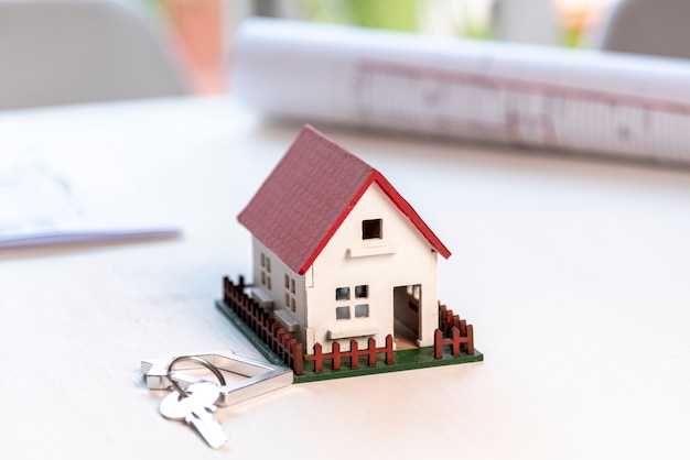 Hoog huis met tuin en sleutels