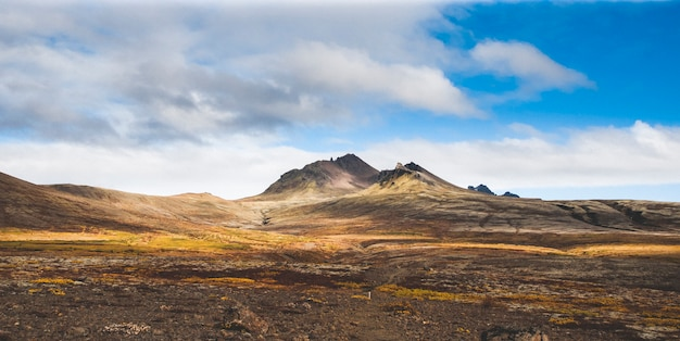 Hoog ijslands of schots berglandschap met hoge toppen en dramatische kleuren
