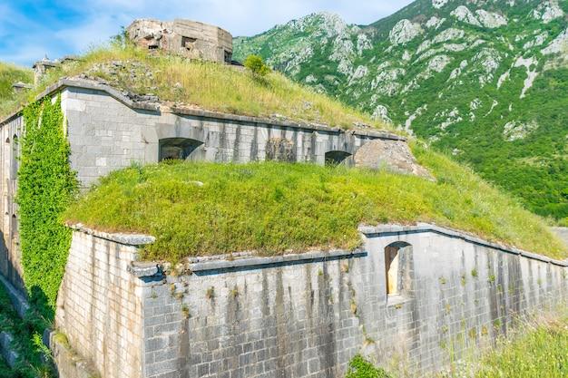 Hoog in de bergen boven de stad kotor staat een oud fort dat vroeger de stad verdedigde.