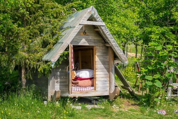 Hoog in de bergen staan kleine houten huizen voor overnachtende toeristen.