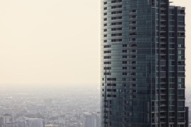 Hoog kantoor- en woongebouw in bangkok, thialand met blanco of kopieerruimte links