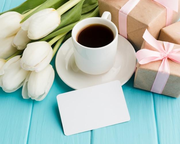 Hoog meningsboeket van tulpenbloemen met ochtendkoffie