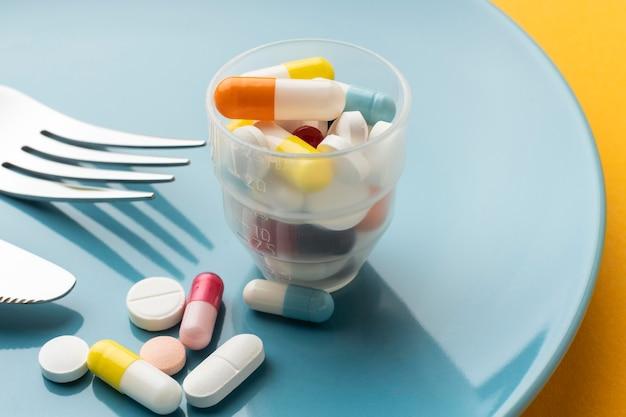 Hoog meningsglas gevuld met pillen