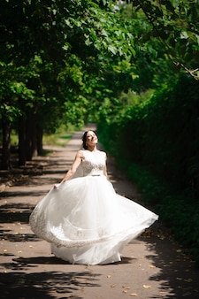 Hoog meningsportret van mooie gelukkige bruid