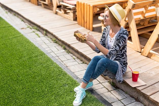 Hoog meningsschot van een vrouw die chinees voedsel houdt