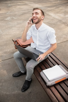 Hoog meningsschot van universitaire student die op de telefoon spreekt