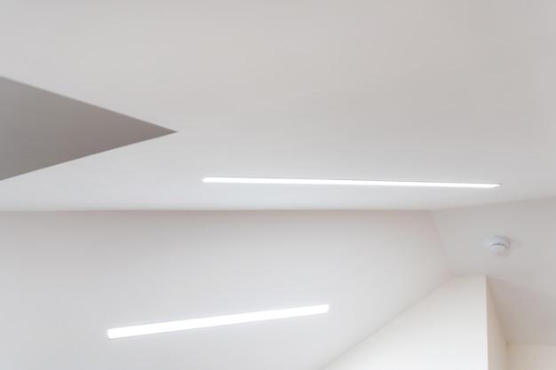 Hoog plafond met een schuin dak veel hoeken
