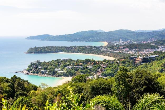 Hoog schilderachtig uitzicht, prachtig landschap drie strand en zee bij hat kata karon viewpoint op het eiland phuket, thailand