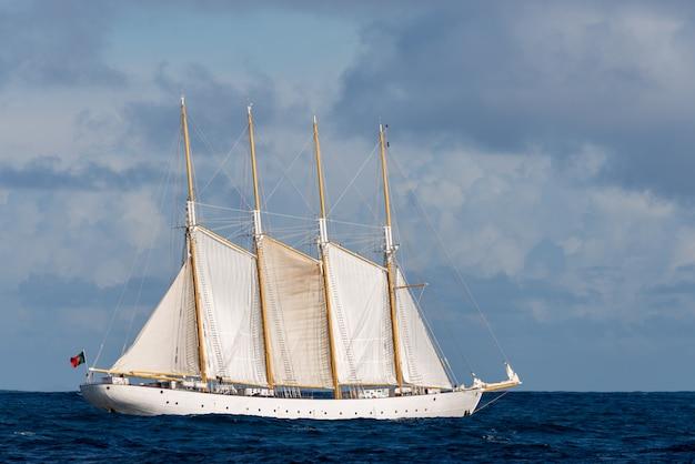 Hoog schip met op zee zeilen