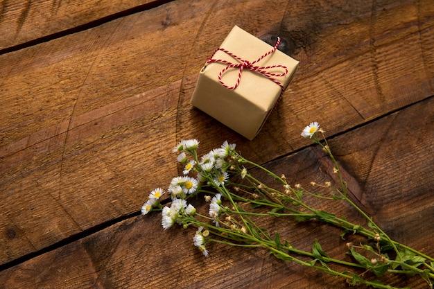 Hoog standpunt schattig cadeau en bloemen