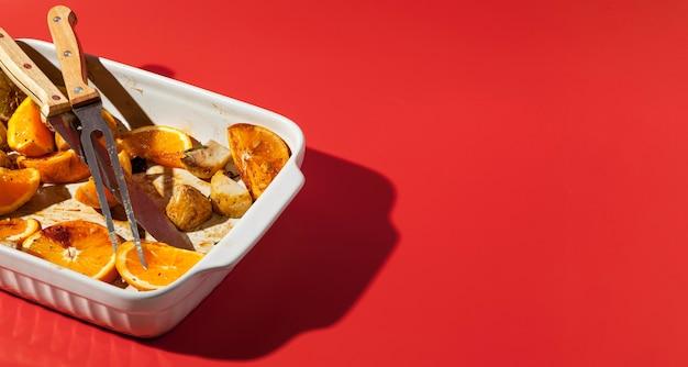 Hoog uitzicht gebakken voedsel in een dienblad restjes