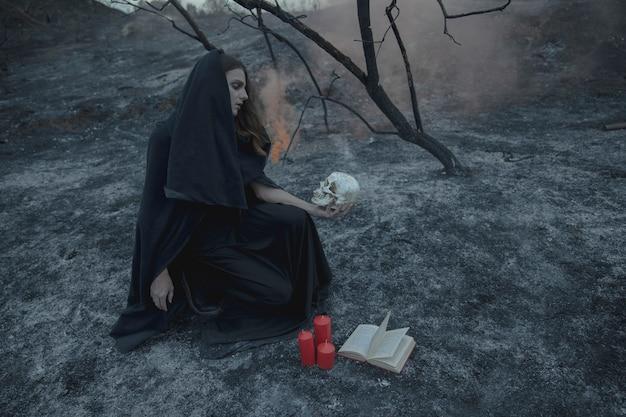 Hoog uitzicht lang shot van een mannelijke magiër in zwarte kleding