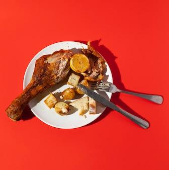 Hoog uitzicht overgebleven kip en bestek