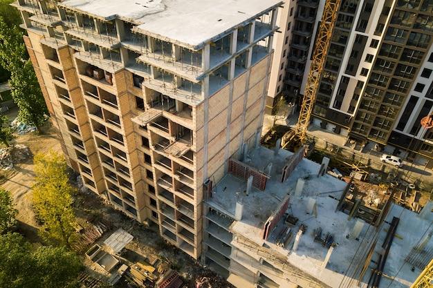 Hoog woonflatgebouw met meerdere verdiepingen in aanbouw.