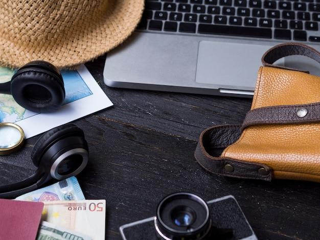 Hoog zicht met laptop en reizende accessoires
