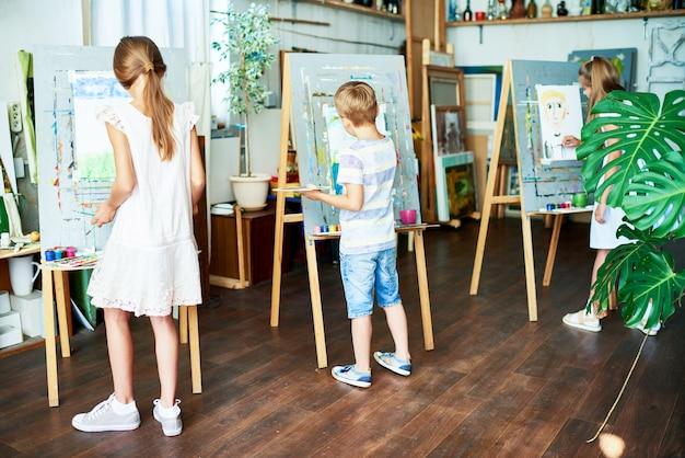 Hoogbegaafde leerlingen tekenen bij art studio