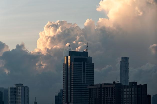 Hoogbouw met bewolkt in zakenwijk in bangkok