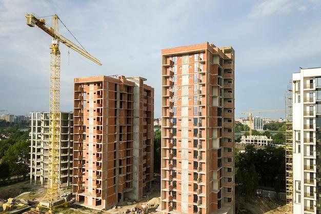 Hoogbouw residentiële appartementsgebouwen en torenkraan in ontwikkeling op bouwplaats. vastgoed ontwikkeling.