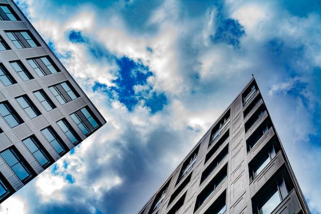 Hoogbouw van moderne stad, uitzicht van onderen,