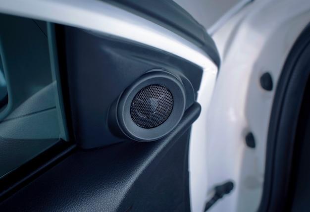 Hoogfrequente tweeter-luidspreker van een auto met geïnstalleerd in een autodeurpaneel, automotive-onderdeelconcept.