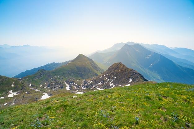 Hooggelegen landschap idyllische ongerepte omgeving. zomeravonturen in de alpen