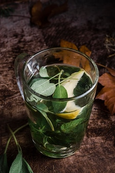 Hooghoekglas met heet water en citroen