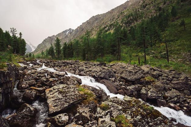 Hooglandlandschap met bergkreek onder morene van gletsjer