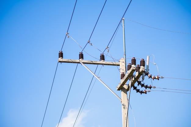 Hoogspannings elektrische kabels op de betonnen stroompaal. de verbinding tussen elektrische kabels sluit omhoog.