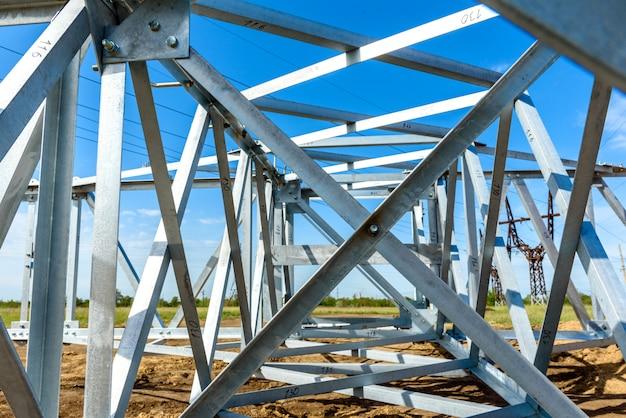 Hoogspannings elektrische pijler van onderen. een hoogspannings-elektriciteitstoren. een hoogspannings-transmissietoren