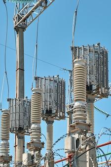 Hoogspannings elektrische transformatoren in een elektriciteitscentrale voor elektriciteitsdistributie. detailopname