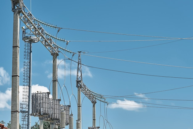Hoogspannings elektrische transformatoren in een elektriciteitscentrale voor elektriciteitsdistributie. hoogspanningsleidingen, levensstroomvoorziening. detailopname