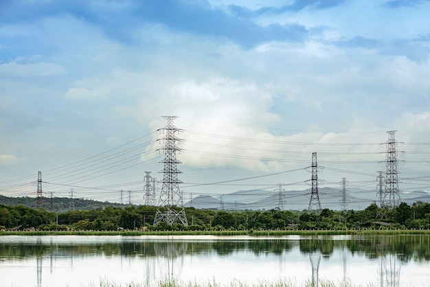 Hoogspanningskabel van de energiecentrale 's middags langs het platteland