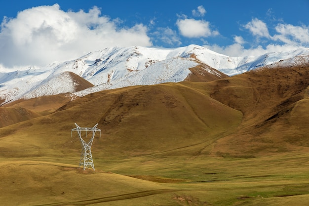Hoogspanningsleiding in de bergen van kirgizië